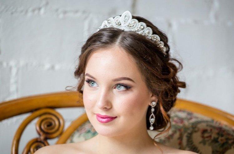 свадебные прически с диодемой и цветами фото