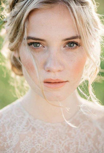 Естественный макяж для невесты с зелено-голубыми глазами