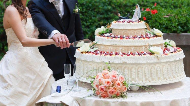 Подача торта - завершающий этап свадебного банкета