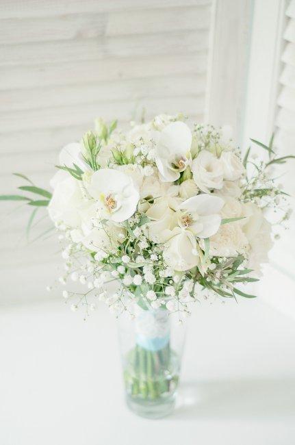 Белый букет из живых цветов для невесты