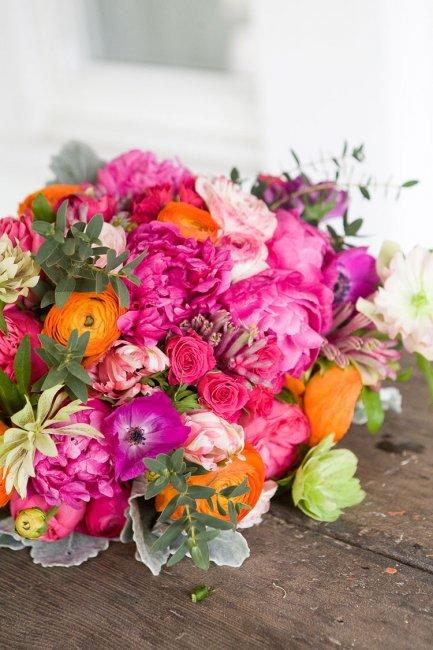 Яркий свадебный букет из живых цветов
