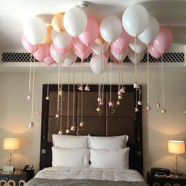 Декор спальни для молодоженов шариками