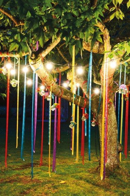 Украшение двора лентами и фонариками