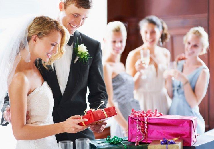На свадьбе подарок для невесты