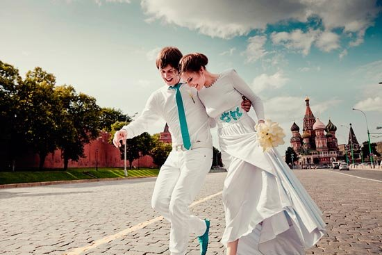 Жених и невеста в бирюзовых нарядах