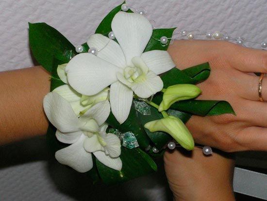 Браслет на руку из живых цветов с жемчугом и стеклярусом