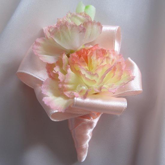 Бутоньерка из искусственных цветов с лентами