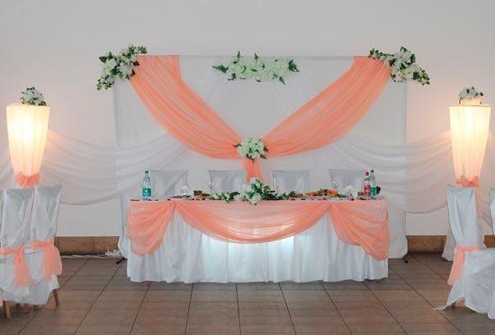 Оформление зала в персиково-белых тонах