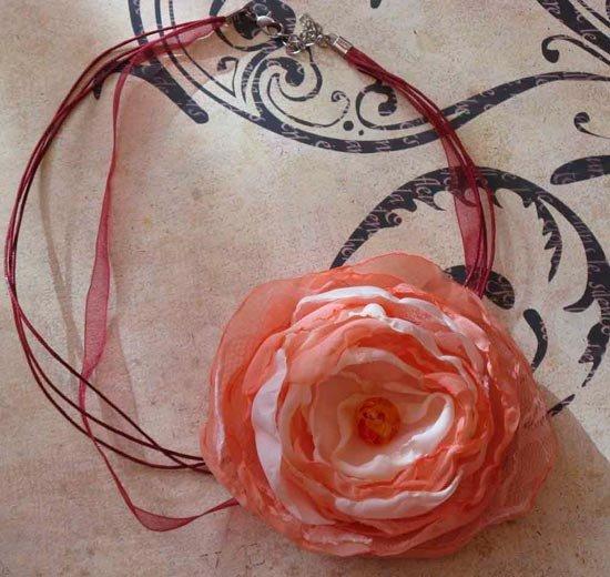 Украшение в виде цветка на шею