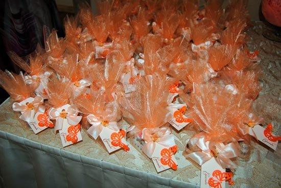 Свадебные подарки для гостей в персиково-оранжевом оформлении