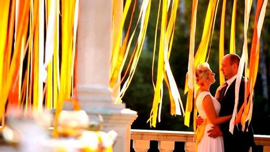 Цветные искры желтой свадьбы