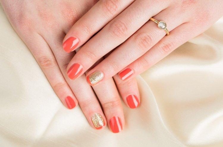 Коралловый маникюр на коротких ногтях