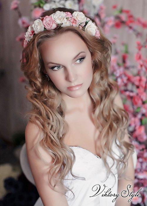 Причёска на короткие волосы с ободком из цветов