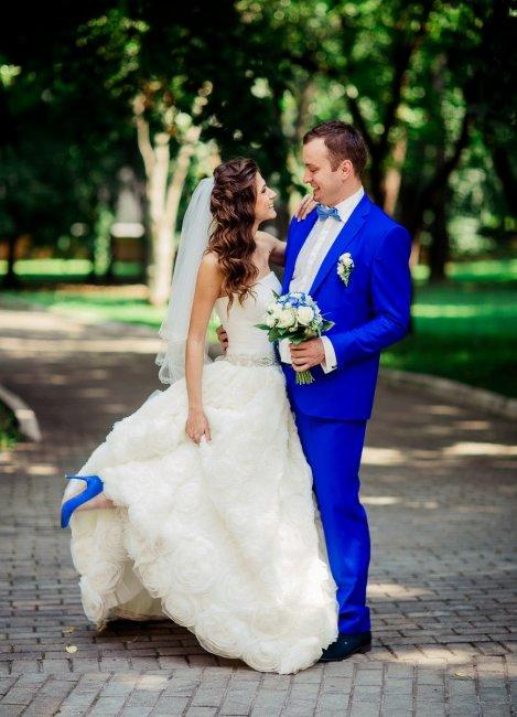 Синий свадебный костюм фото