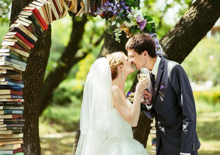Книжная свадебная арка