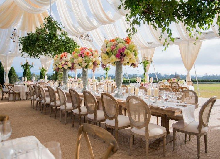 Декор свадьбы в шатре на природе