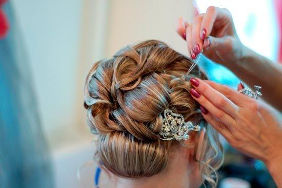 Свадебный стилист готовит невесту