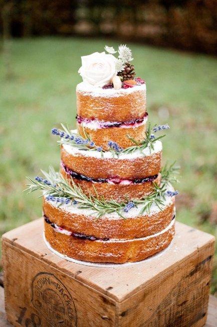 Голый торт с межслойными украшениями
