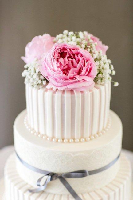 Живые цветы на верхушке торта