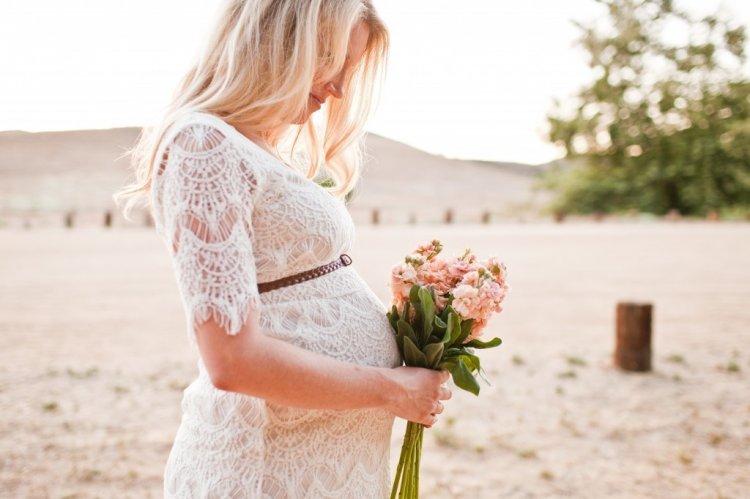 Красивая беременная невеста