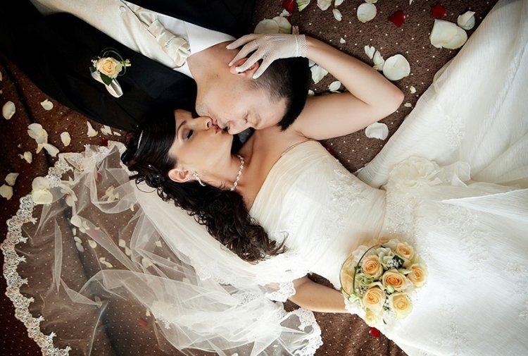 видео первая брачная ночь с красивой невестой