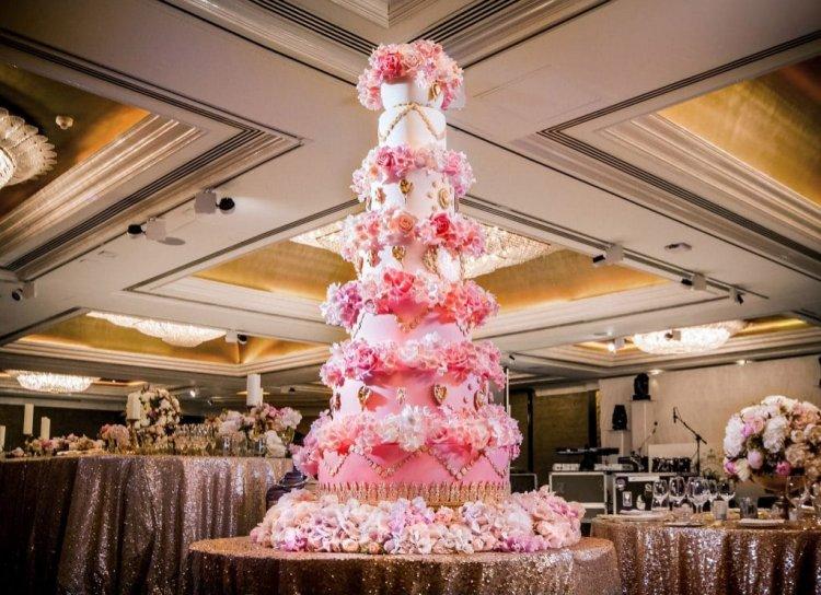 Свадебный торт со съедобными цветами
