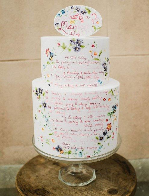 Свадебный торт с нанесенной клятвой