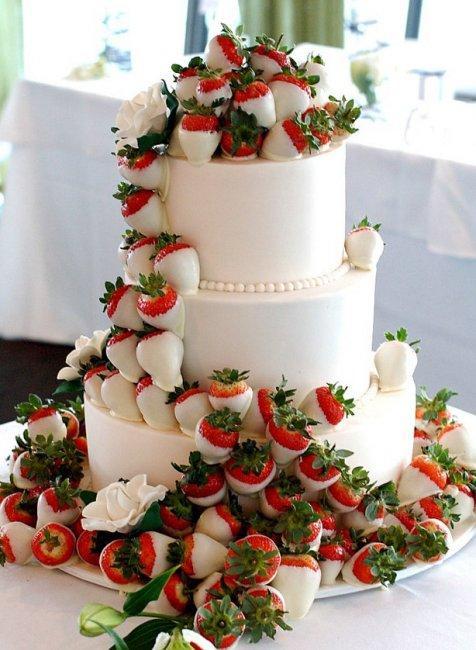 Свадебный торт, украшенный клубникой
