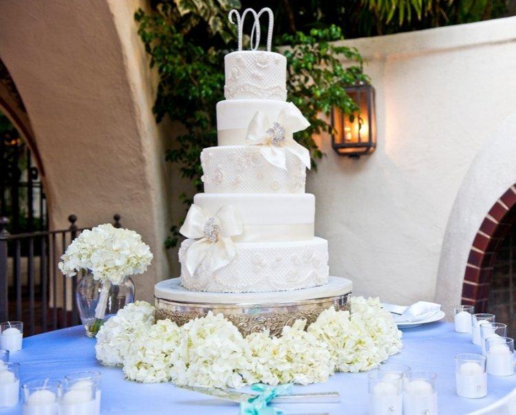 Свадебный торт с брошью