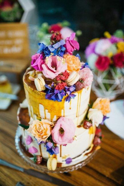 Эффект потекшей глазури на свадебном торте