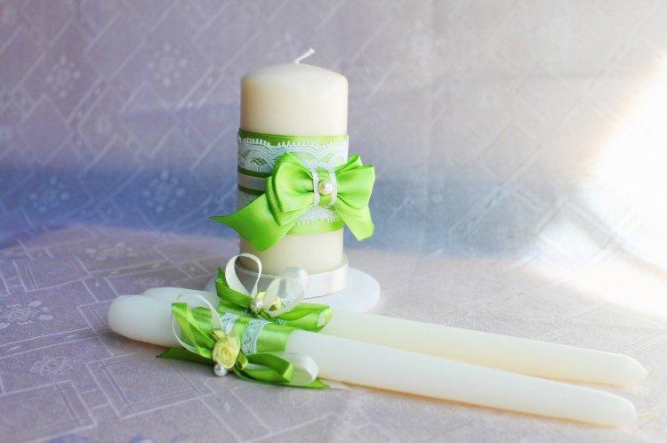 Яркий декор свадебных свечей в салатовом цвете