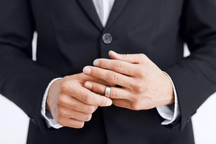 Обручальное кольцо у мужчины на левой руке