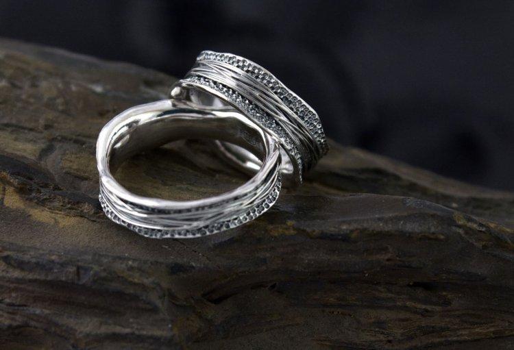 Узор на серебряном кольце