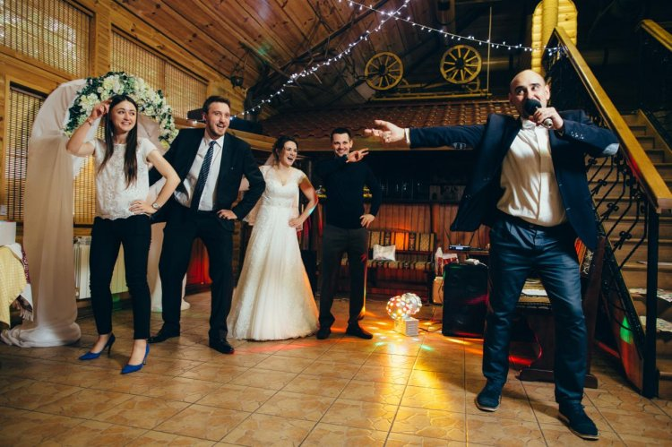 Свадебный сценарий для тамады с конкурсами и играми