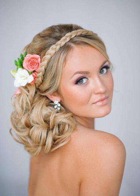 Свадебная прическа на средние волосы с плетением