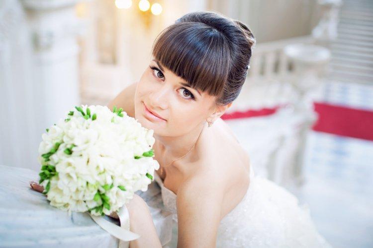 Свадебная прическа с короткой челкой