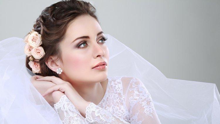Свадебная прическа на средние вовлосы с фатой