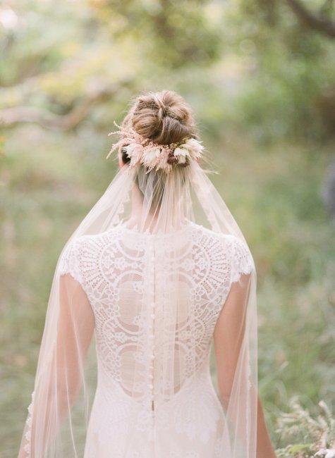 Свадебная прическа на волосы среденй длины с фатой