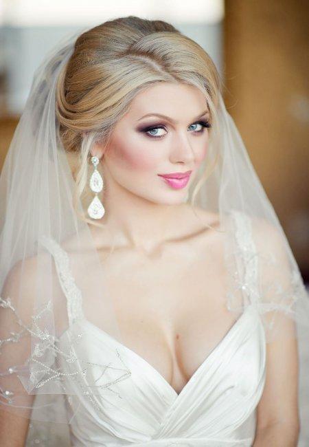 Свадебная прическа  на средние волосыс короткой фатой