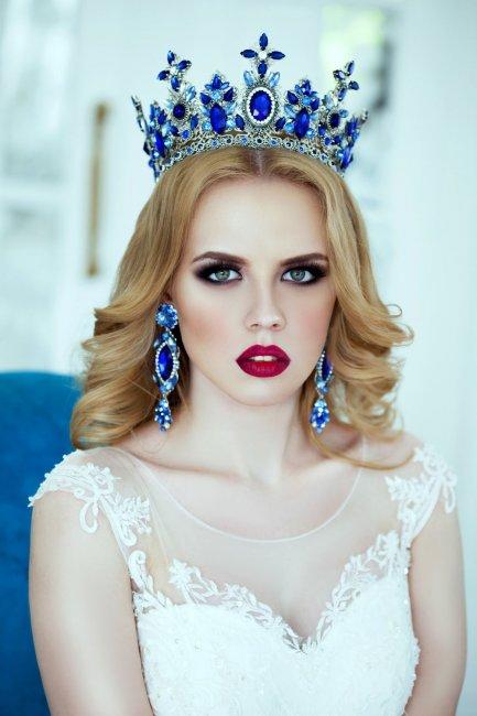 Свадебная прическа на средние волосы с короной