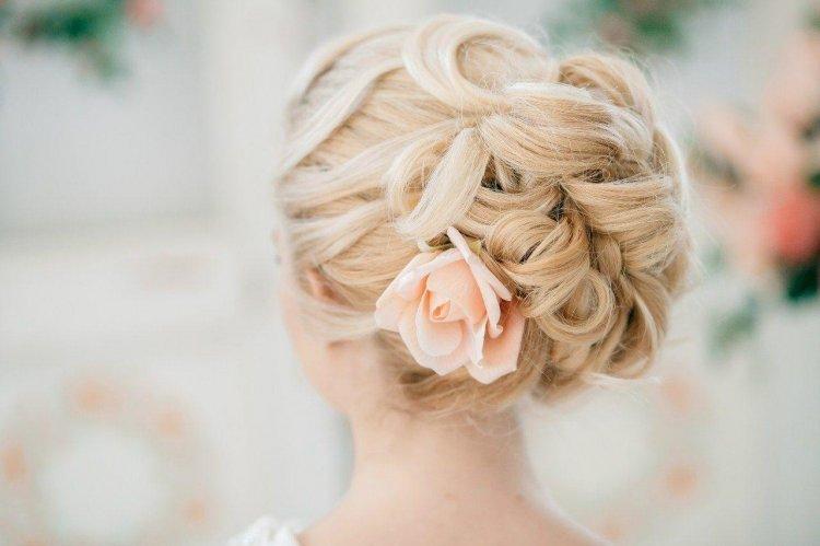 Прическа на средние волосы с цветами