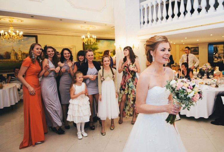 Невеста бросает букет