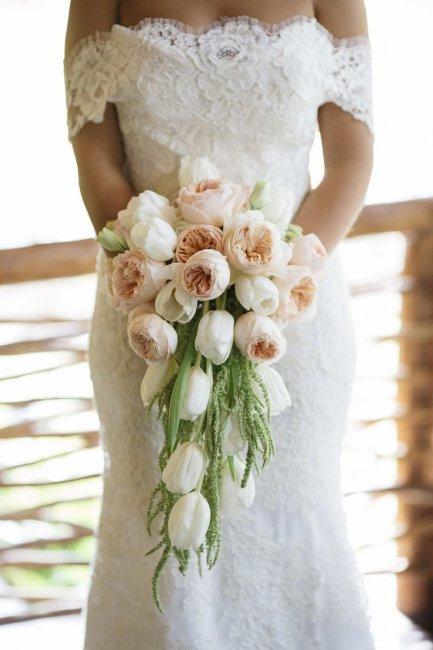 malenkiy-svadebniy-buketik-iz-tyulpanov-buket-tsvetov-iz-21-roz-foto