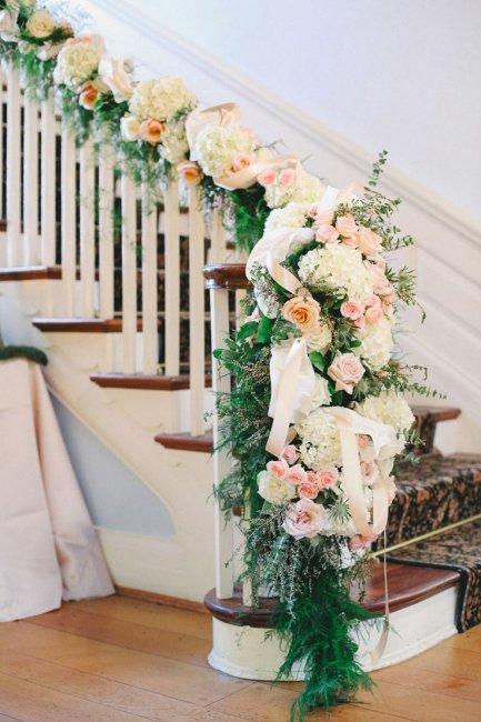 Украшение лестницы живыми цветами