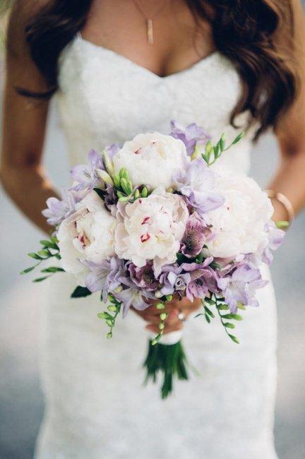 Нежный букет невесты с альстромерией и пионами