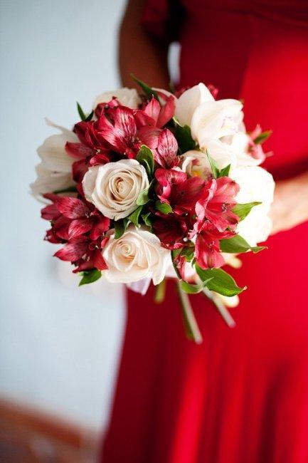 Стильный и яркий букет - альстромерии и роз