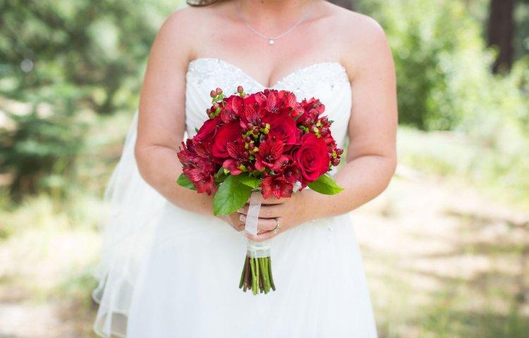 Розы и альстромерии в букете невесты