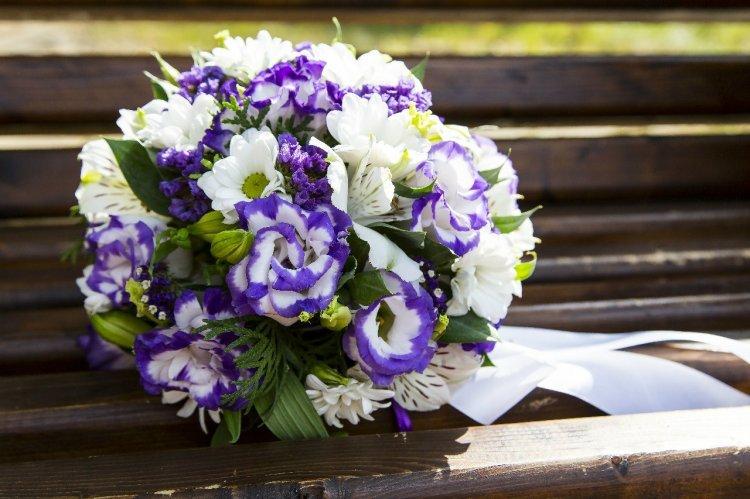 Легкая и воздушная цветочна композиция - эустома, альстромерия и хризантемы