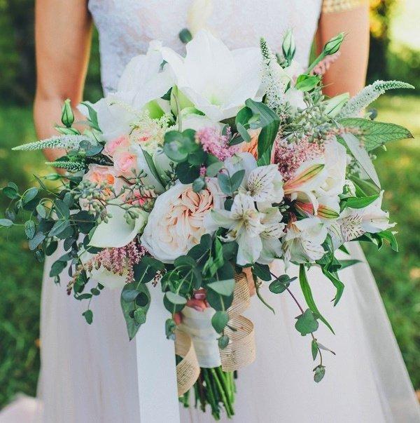 Букет невесты из лилий и альстромерий