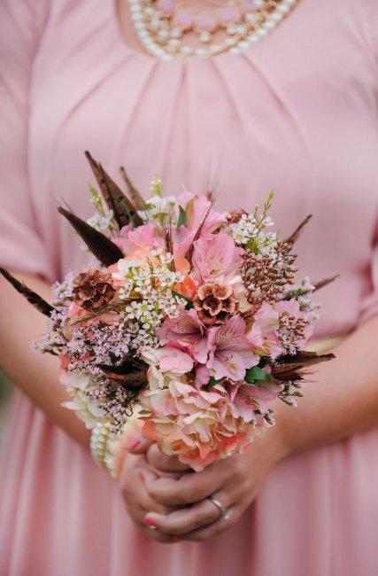 Яркий букет невесты с альстромерией